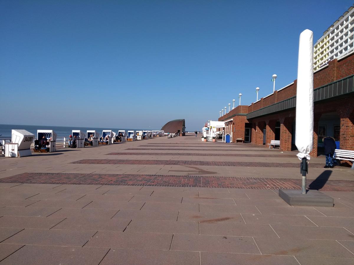 海岸沿いの遊歩道。 横のStrandkorbでまどろむ人がいる位。